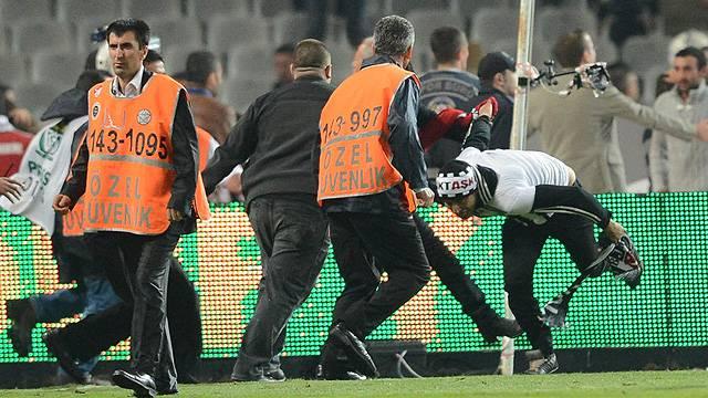 Sahaya atlayan Beşiktaş taraftarı konuştu
